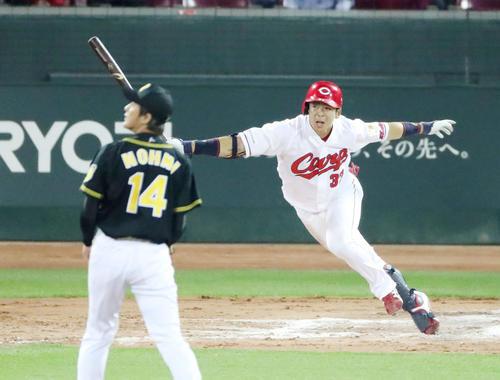 11回裏広島2死一、二塁、野間は右線適時打を放ちサヨナラ勝ちを決める(撮影・加藤哉)