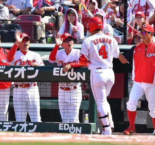 5回裏広島無死、先制本塁打を放った小窪をベンチで迎える緒方監督(左)ら(撮影・上田博志)