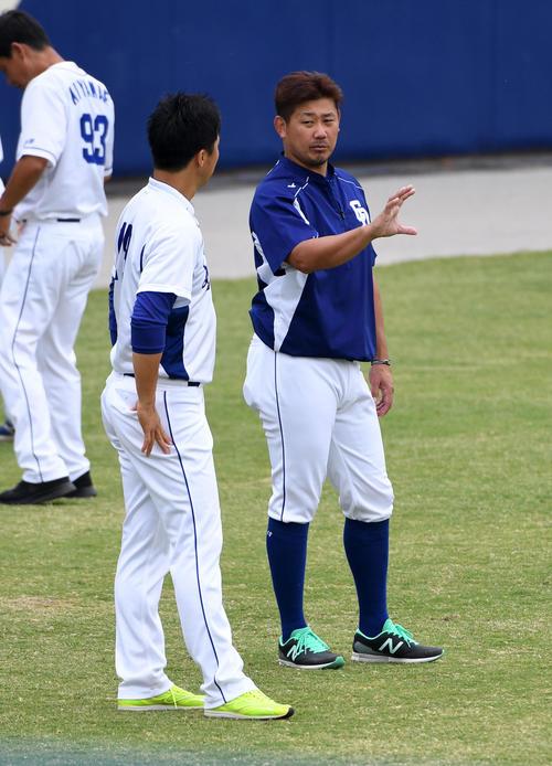 練習で吉見(左)と話す松坂(撮影・前岡正明)