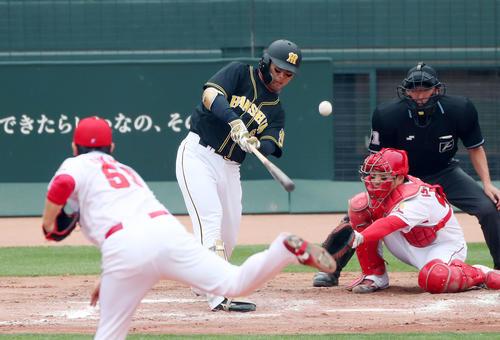 広島対阪神 7回表阪神1死一塁、高山は中前打を放つ(撮影・加藤哉)
