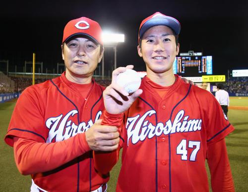5月30日、プロ初勝利を挙げた広島山口(右)は、緒方監督と勝利球を手に笑顔を見せる(撮影・足立雅史)