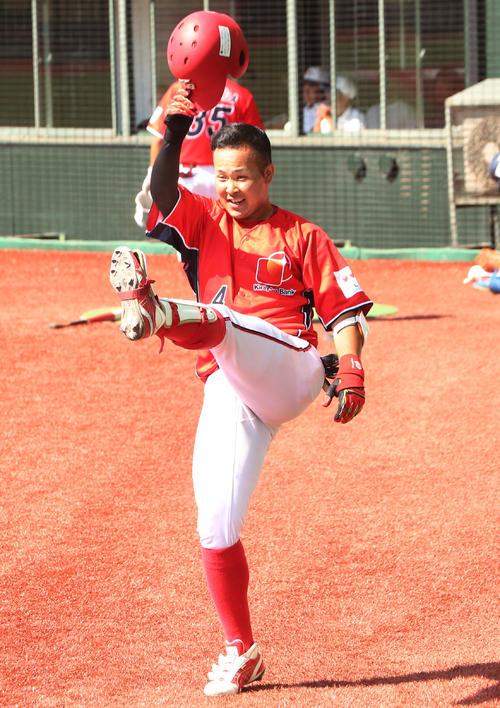 きらやか銀行対日本製紙石巻 5回表きらやか銀行無死、左越え本塁打を放ち、ソフトバンクのデスパイネばりに喜ぶ島田