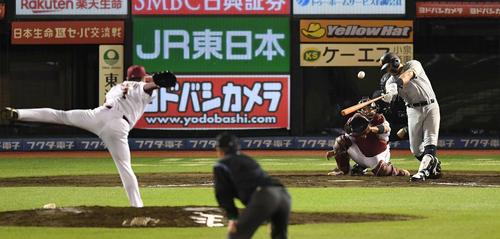 楽天対巨人 9回表巨人無死一塁、左越え2点本塁打を放つビヤヌエバ。投手松井(撮影・鈴木みどり)