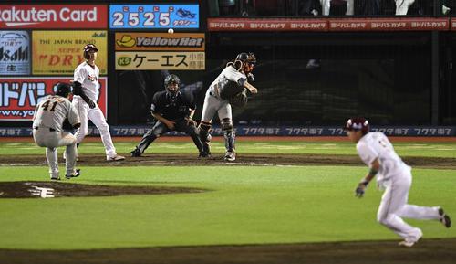 楽天対巨人 9回裏楽天無死一、二塁、打者辰己の時、塁から出ていた二塁走者小郷を刺す小林(撮影・鈴木みどり)