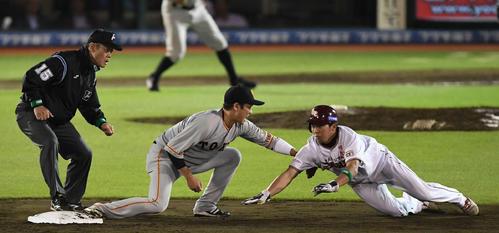 楽天対巨人 9回裏楽天無死一、二塁、打者辰己の時、塁から出ていた二塁走者小郷は塁に戻りきれずアウトになる。遊撃手坂本勇(撮影・鈴木みどり)