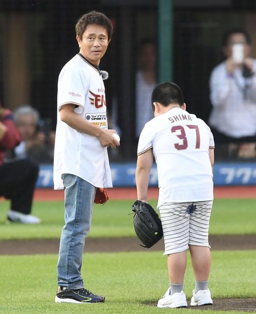ボールをもらえず肩を落とす子どもに困惑する浜田雅功(左)(撮影・鈴木みどり)