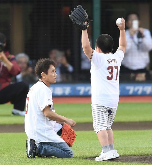 楽天対巨人 セレモニアルピッチを行う気満々の浜田雅功だが、本来投げるはずだった子どもが出てきて投球を譲ってあげる(撮影・鈴木みどり)