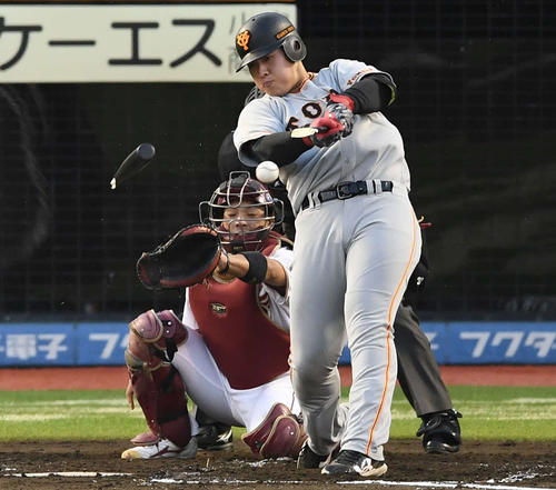 楽天対巨人 2回表巨人無死一塁、バットを折りながら左前打を放つ岡本(撮影・鈴木みどり)