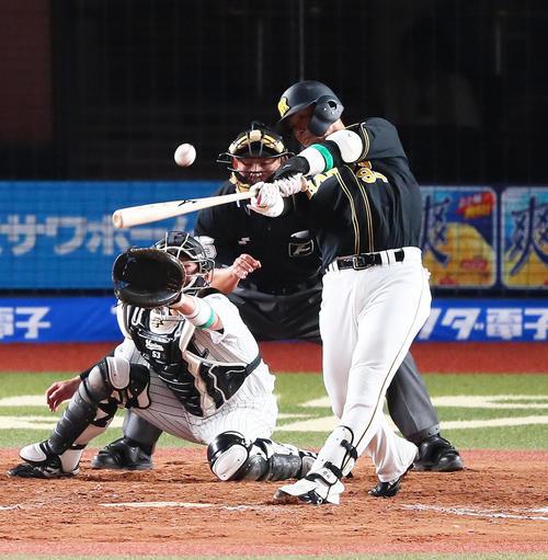 ロッテ対阪神 9回表阪神1死三塁、代打原口は左越え適時二塁打を放つ(撮影・足立雅史)
