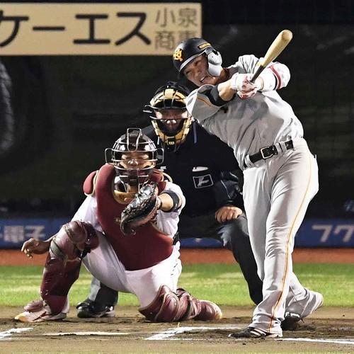 6回表巨人無死、左中間にソロ本塁打を放つ坂本勇(撮影・鈴木みどり)