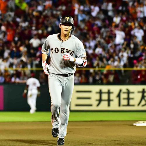 6回表巨人無死、坂本勇は左越えにソロ本塁打を放ち三塁へ向かう(撮影・小沢裕)