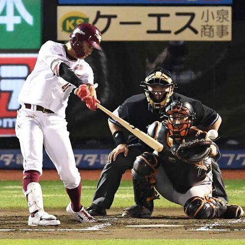 2回裏楽天2死二塁、左前適時打を放つ渡辺佳(撮影・鈴木みどり)