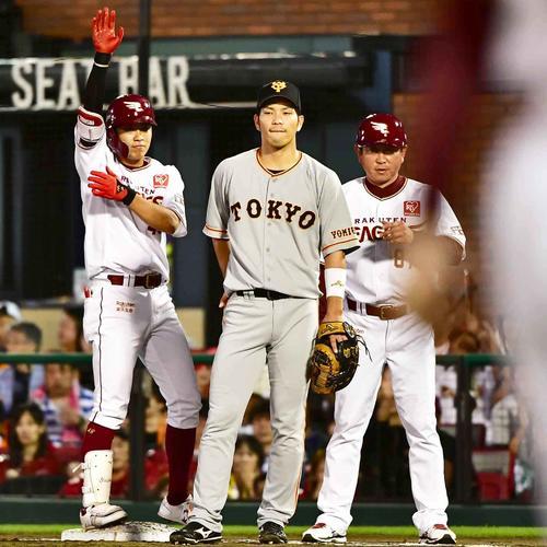 2回裏楽天2死二塁、渡辺佳(左)は左前に先制適時打を放ちベンチに向かって「バーン」のポーズを披露する(撮影・小沢裕)