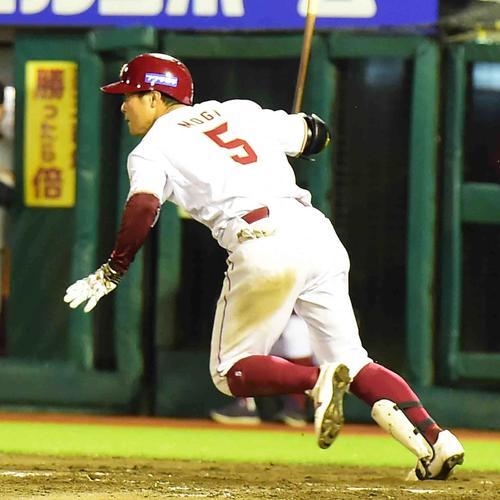 4回裏楽天2死一、二塁、茂木は右前適時打を放つ(撮影・小沢裕)