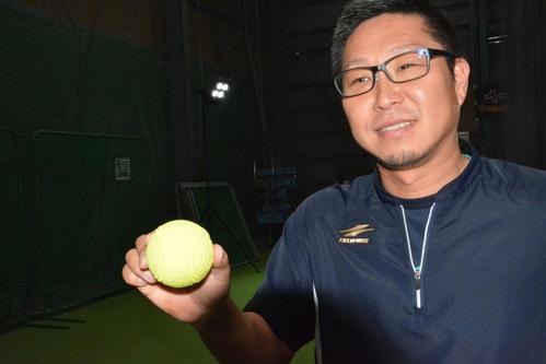 吉村尚記専務は夜間練習用「ナイトボール」(1ダース3400円)など開発商品を説明した