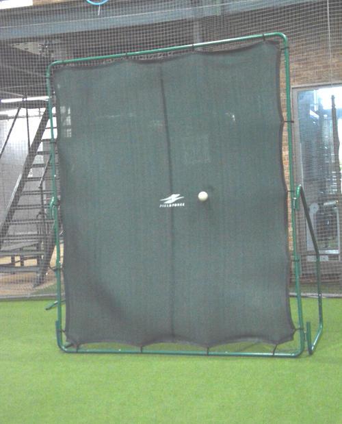 壁ネット・グリーンモンスター 投球の衝撃と音を吸収するので、狭いスペースでも全力投球できる