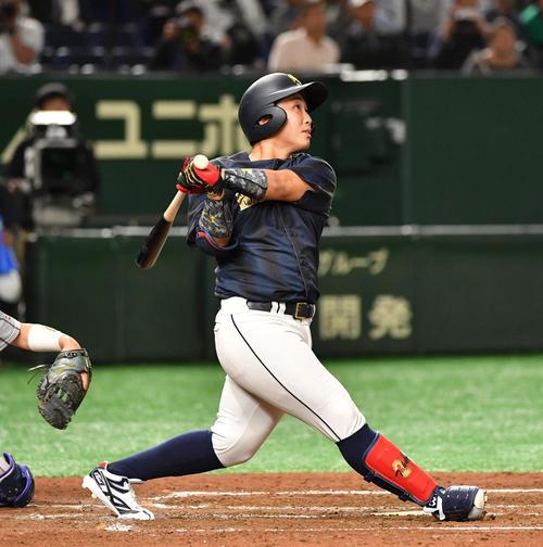 八戸学院大対佛教大 4回表八戸学院大無死一塁、武岡は右越えに本塁打を放つ(撮影・柴田隆二)