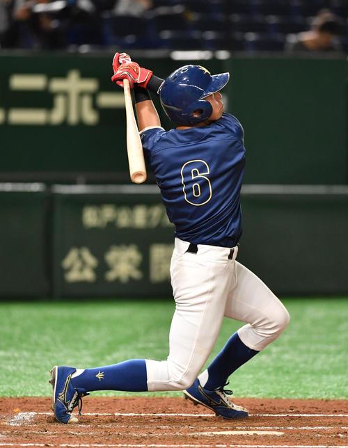 大工大対創価大 3回裏創価大2死三塁、下小牧は右中間に本塁打を放つ(撮影・柴田隆二)