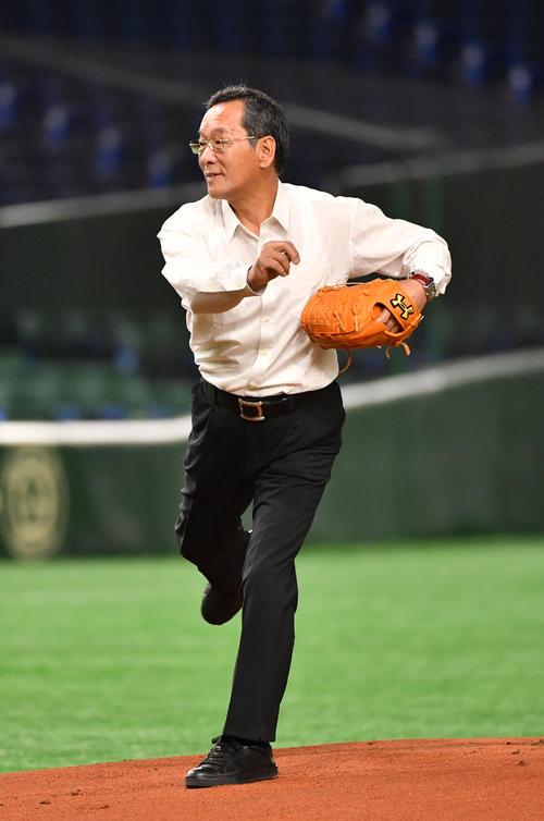 大工大対創価大 東海大OBで元阪神投手の上田二朗氏が始球式を務めた(撮影・柴田隆二)
