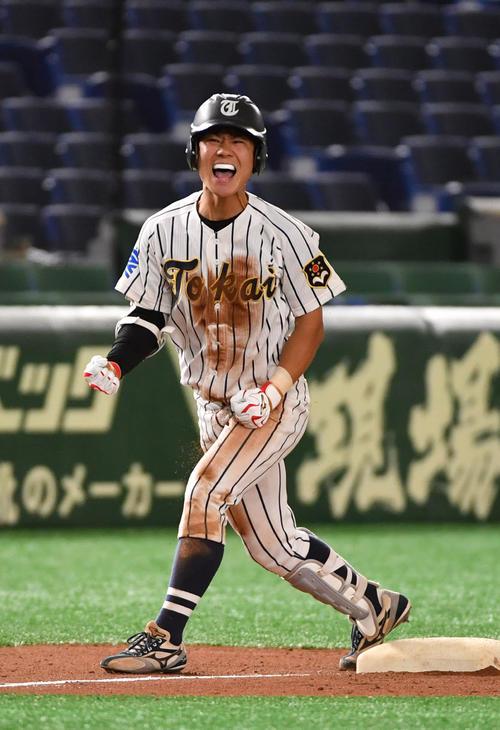 立命大対東海大 6回裏東海大2死一、二塁、杉崎は左中間に2点適時三塁打を放ちガッツポーズする(撮影・柴田隆二)
