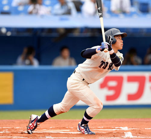 東洋大対桐蔭横浜大 6回表東洋大2死、松本は右越えソロ本塁打を放つ(撮影・滝沢徹郎)