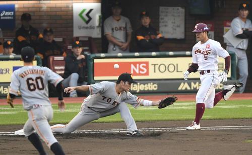 楽天対巨人 1回裏楽天無死、遊撃手坂本勇の悪送球で打者茂木(右)は二塁へ進む。一塁手大城(撮影・鈴木みどり)