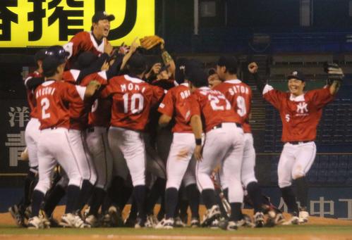 4年ぶりに都市対抗野球出場を決め歓喜に沸く明治安田生命の選手たち(撮影・加藤理沙)