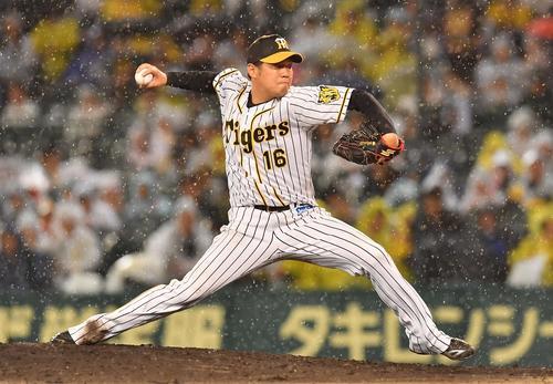 広島対日本ハム  7回、雨の中を投球する西(撮影・上田博志)