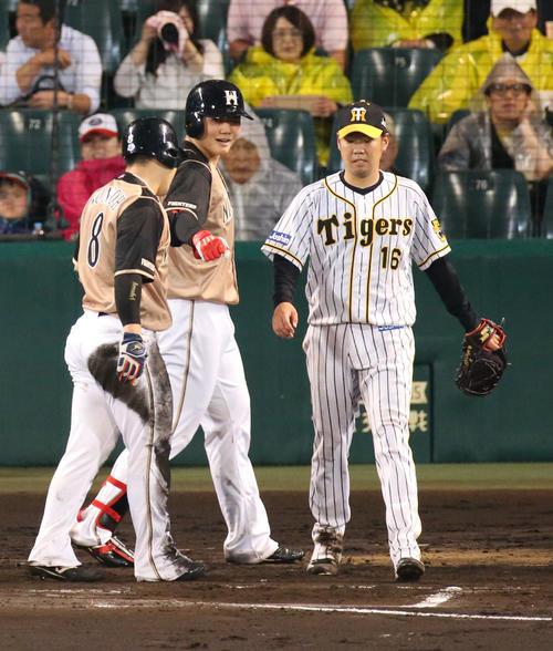 阪神対日本ハム 6回表日本ハム1死一塁、西勇輝(右)は中田翔に右適時二塁打を浴びる(撮影・上山淳一)
