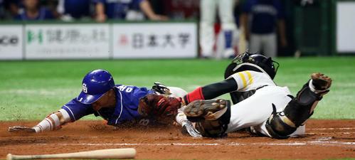 ソフトバンク対中日 8回表中日2死、大島は右越え三塁打を放ち、生還をも狙うがタッチアウト。捕手は高谷(撮影・栗木一考)