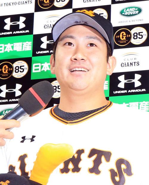 巨人対ロッテ 25日ぶりの登板で白星を挙げ笑顔でインタビューを受ける菅野の帽子のつばには「覚悟」の文字(撮影・浅見桂子)