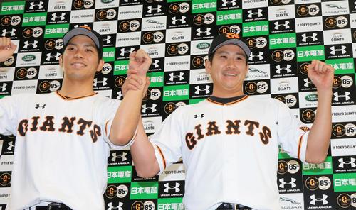 巨人対ロッテ 25日ぶりの登板で白星を挙げた菅野(右)は、大城と笑顔でガッツポーズ(撮影・浅見桂子)
