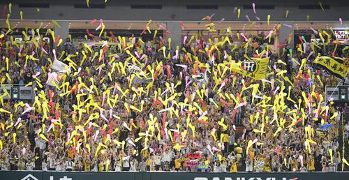 7回表、攻撃前にジェット風船を飛ばすレフトスタンドの阪神ファン(撮影・今浪浩三)