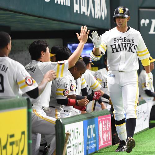 4回裏ソフトバンク無死、福田秀平は右越えにソロ本塁打を放ちナインに迎えられる(撮影・今浪浩三)