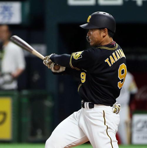 4回表阪神1死一、二塁、高山は先制の右前適時打を放つ(撮影・栗木一考)