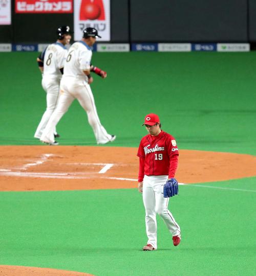 日本ハム対広島 1回裏日本ハム無死二、三塁、王柏融に2点適時二塁打を打たれる広島野村。左奥は生還した中田(撮影・佐藤翔太)