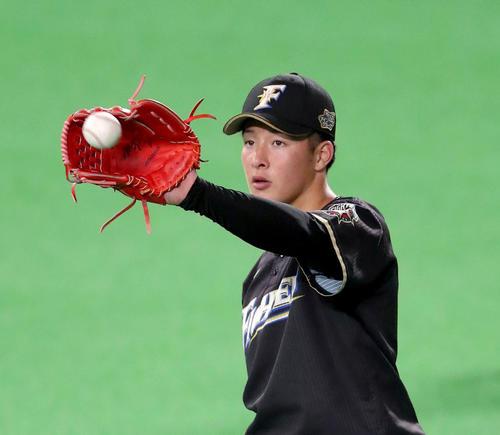 日本ハム対広島 試合前、キャッチボールをする日本ハム吉田輝(撮影・佐藤翔太)