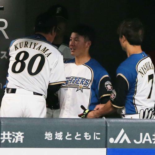 5回を投げ終え栗山監督(左)と握手をかわす吉田輝(撮影・井上学)