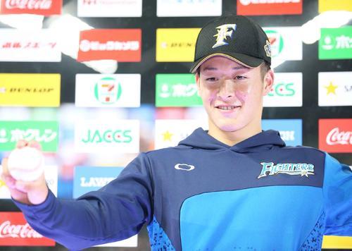 プロ初登板初勝利を挙げウイニングボールを手に笑顔の日本ハム吉田輝(撮影・井上学)