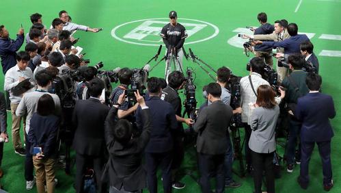 練習終了後、囲み取材を受ける日本ハム吉田輝(撮影・佐藤翔太)