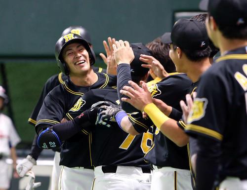 8回表阪神1死二塁、植田海は右越えに2点本塁打を放ちベンチ前でナインの出迎えを受ける(撮影・栗木一考)