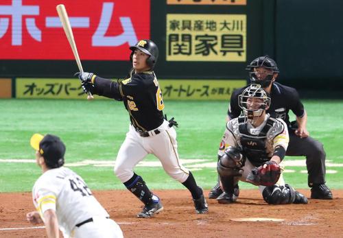 ソフトバンク対阪神 8回表阪神1死二塁、植田海は右越えに2点本塁打を放つ(撮影・梅根麻紀)