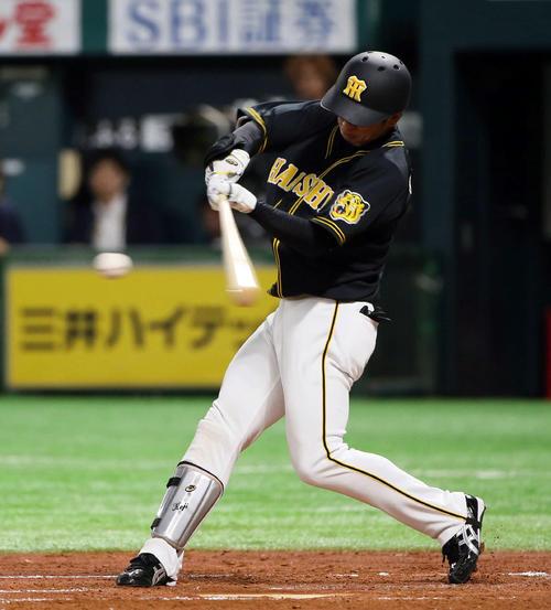 3回表阪神1死一塁、近本は右前打を放つ(撮影・栗木一考)