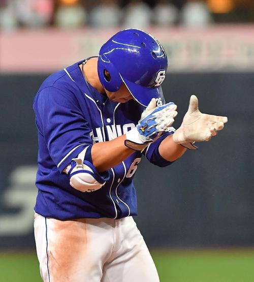 オリックス対中日 8回表中日2死満塁、右中間へ3点適時三塁打を放ち手を叩いて喜ぶ井領(撮影・上田博志)