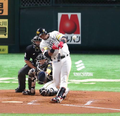 ソフトバンク対阪神 7回裏ソフトバンク1死一、二塁、グラシアルは先制の左越え3点本塁打を放つ(撮影・梅根麻紀)