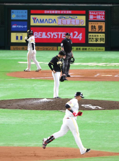 ソフトバンク対阪神 7回裏ソフトバンク1死一、二塁、グラシアルに左越え3点本塁打を浴びた高橋遥人はがっくり(撮影・梅根麻紀)