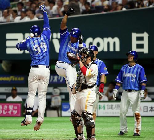 ソフトバンク対DeNA 6回表DeNA1死満塁、エンジェルベルト・ソトは右越えに勝ち越し満塁本塁打を放つ(撮影・栗木一考)