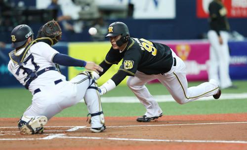 2回表阪神1死一塁、梅野の左翼線への安打で本塁へヘッドスライディングする一塁走者原口(撮影・前田充)