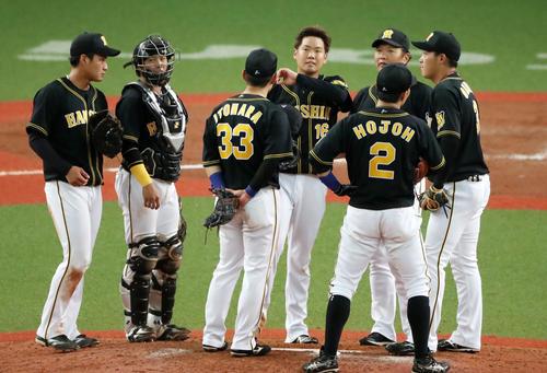 オリックス対阪神 8回裏1死二、三塁、打者吉田正を迎えたところで降板する阪神先発の西(撮影・加藤哉)