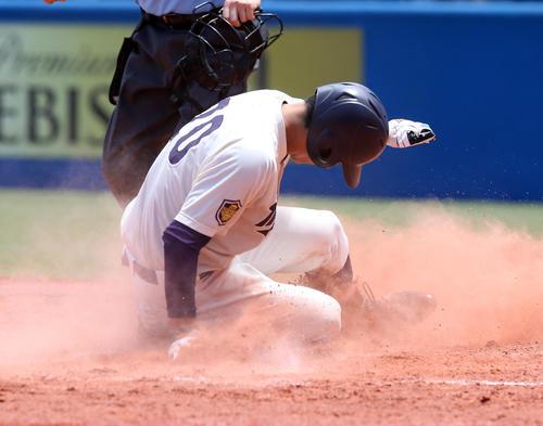 東農大北海道オホーツク対明大 2回裏明大無死一塁、喜多の打球が転がった間に一塁から生還する北本(撮影・大野祥一)
